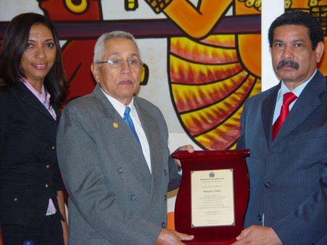 Ministerio de Educación reconoce al escritor Diógenes Valdez